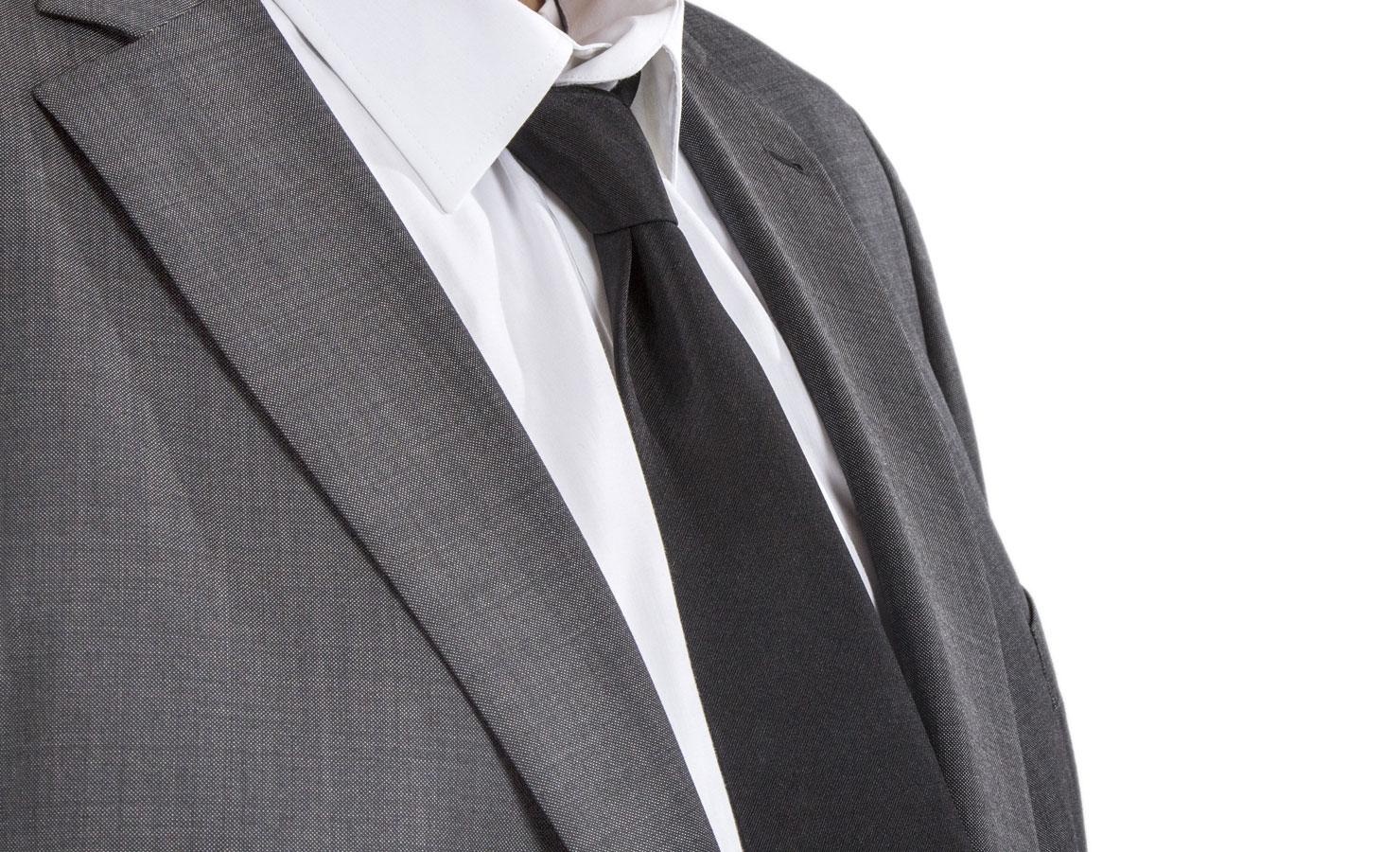 vem har vit slips på begravning